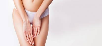 duże zdjęcie kobiety dotykającej wewnętrznej części swoich ud