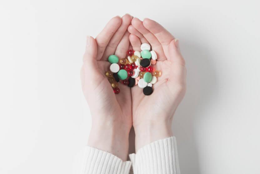 dużo różnych tabletek wkobiecych dłoniach