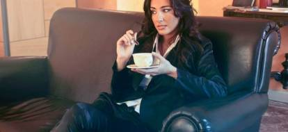 kobieta siedząca na czarne skórzanej sofie