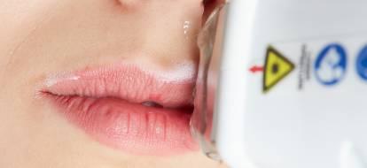część twarzy kobiety z nosem i ustami podczas zabiegu depilacji laserowej