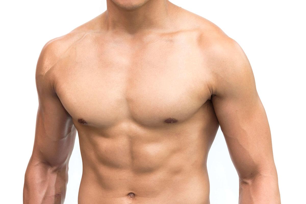 Zbliżenie gładką iumięśnioną męską klatkę piersiową.