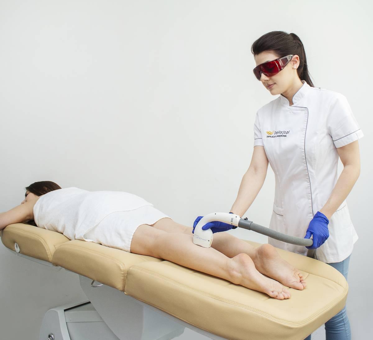 Kosmetolog depiluje laserem łydki wsalonie depilacja.pl