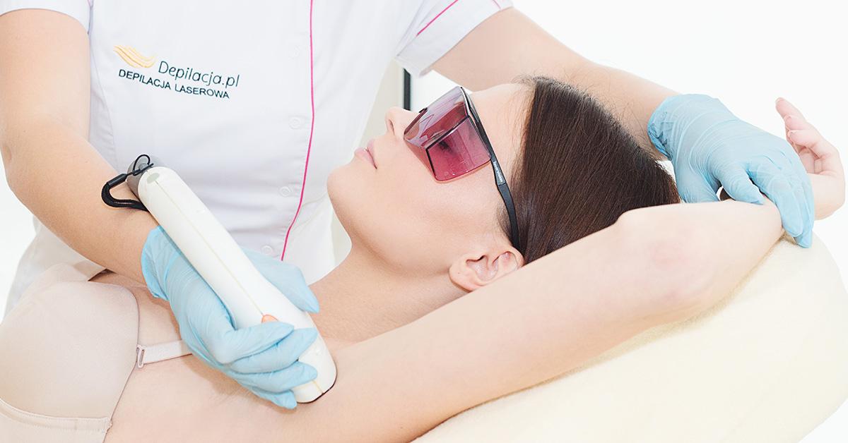 Zrelaksowana kobieta podczas depilacji laserowej pach wsalonie depilacja.pl.