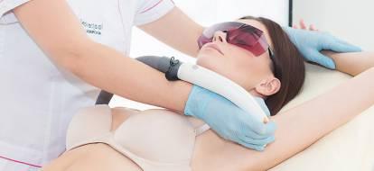 Kosmetolog depilacja.pl wykonuje depilację laserową pach laserem Light Sheer.