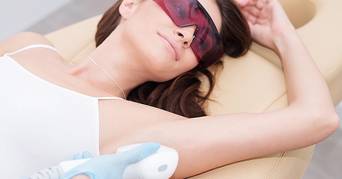 Brunetka wgabinecie depilacja.pl podczas zabiegu depilacji laserowej pach.