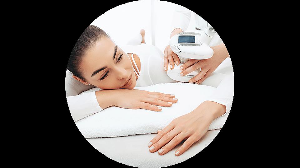 Kosmetolog wykonuje masaż pod ciśnieniem na ramieniu pacjentki.