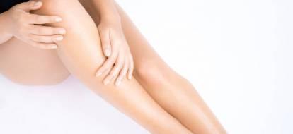 Gładkie nogi dziewczyny po zabiegu depilacji laserowej.