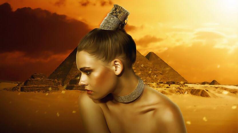 egipska kobieta zpiramidami wtle
