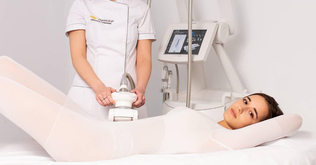 Kosmetolog przeprowadza endermologię brzucha.