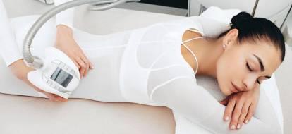 Zrelaksowana dziewczyna podczas zabiegu endermologii na boczki.