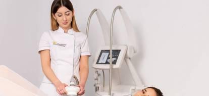 Kosmetolog depilacja.pl wykonuje zabieg endermologii na brzuchu pacjentki.