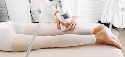 Kosmetolog depilacja.pl podczas zabiegu endermologii łydek.