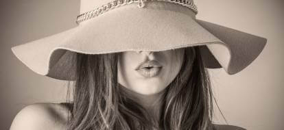 kobieta w długich włosach i beżowym kapeluszu