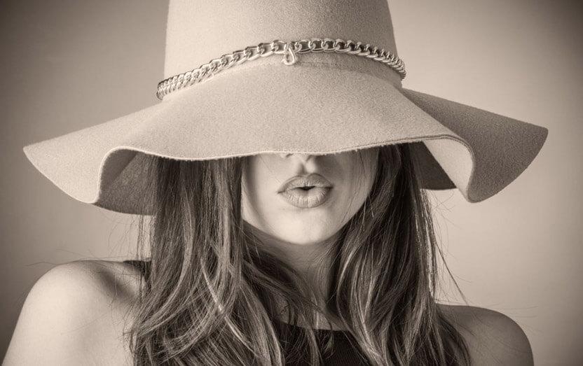 kobieta wdługich włosach ibeżowym kapeluszu