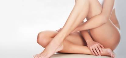 kobieta w bieliźnie ze spleciony nogami i rękoma
