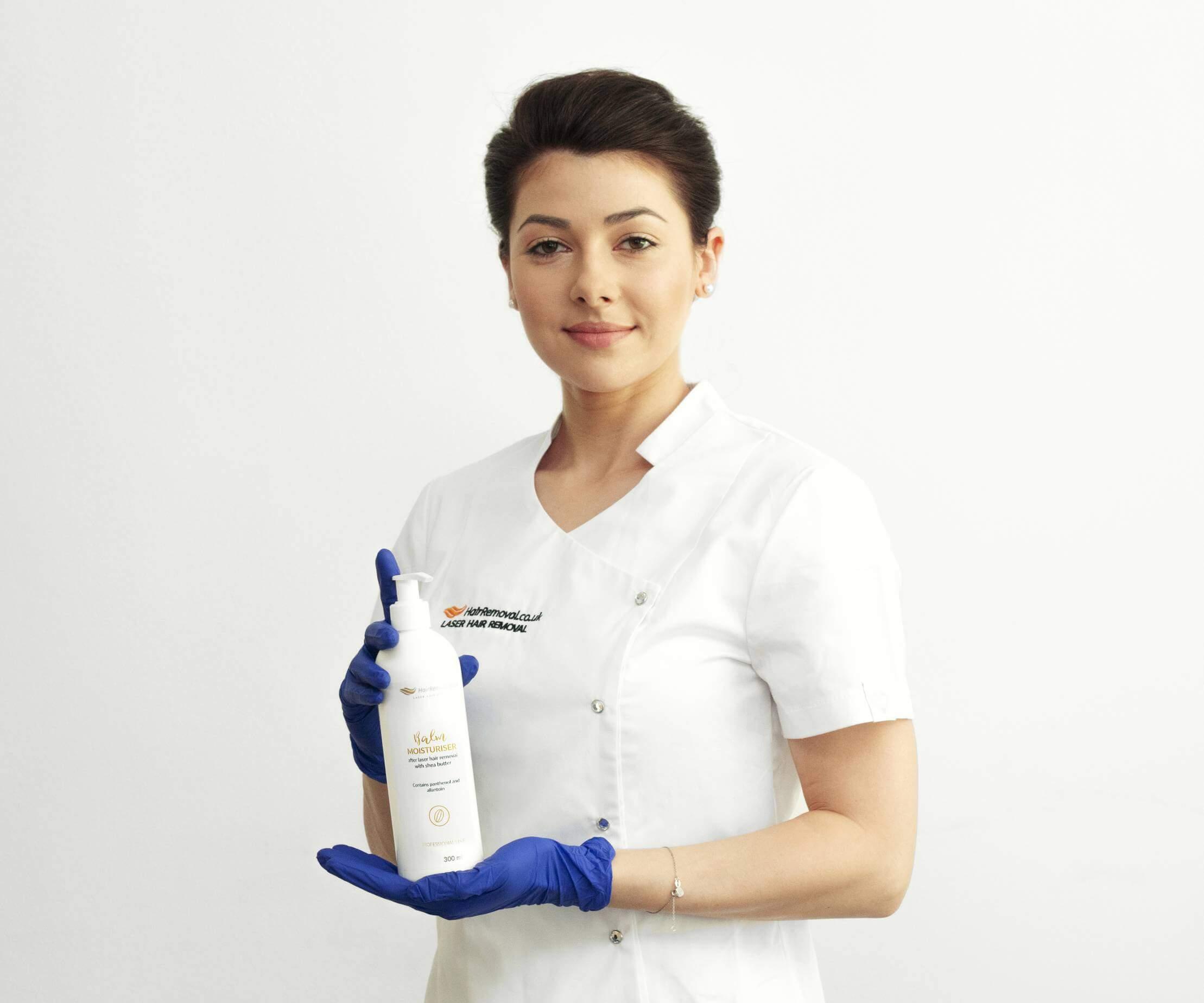 Kosmetolog depilacja.pl trzyma balsam nawilżający po zabiegu depilacji laserowej.