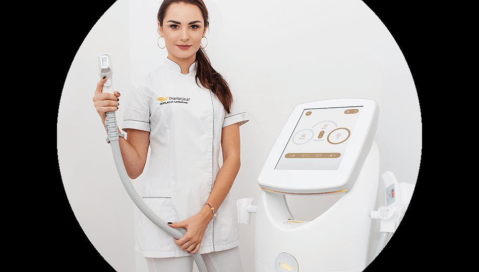 Kosmetolog depilacja.pl trzyma głowicę lasera Spec3 Hybrid. Obok stoi laser z włączonym ekranem.