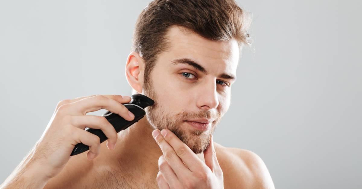 Mężczyzna przycina brodę trymerem