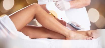 kobiece nogi podczas zabiegu depilacji laserowej