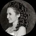 czarno-białe zdjęcie kobiety z kręconymi włosami