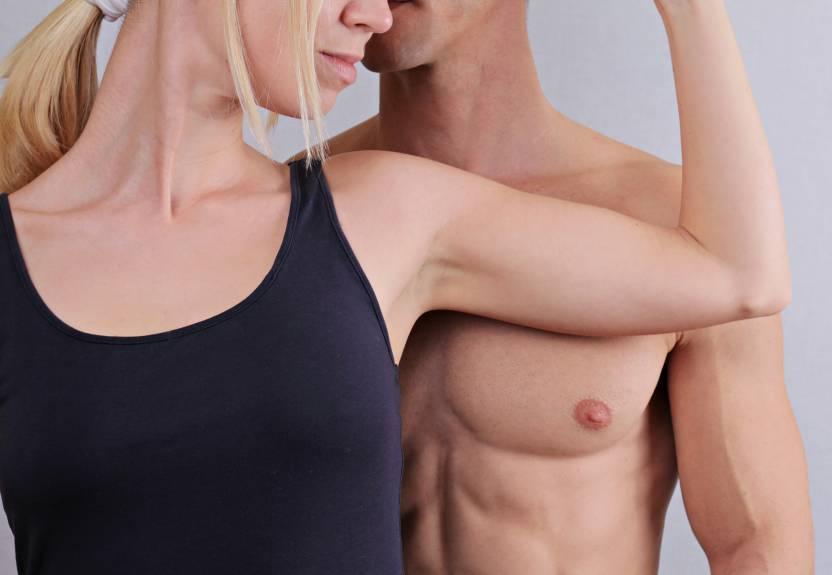 kobieta wczarnej koszulce obok mężczyzny bez koszulki