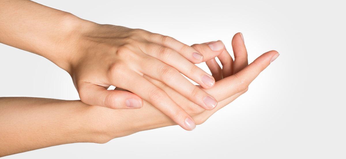 kobiece dłonie podczas wcierania kremu