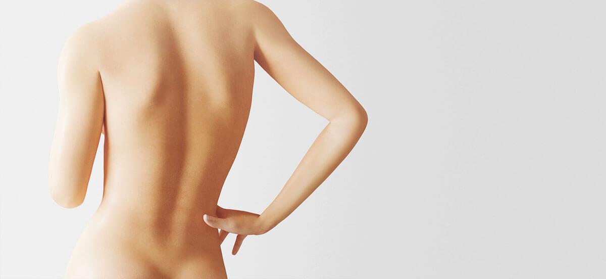 kobieta odwrócona plecami zrękom oparta obiodro