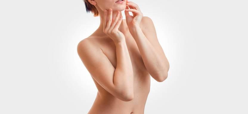 tułów kobiet ze zgiętymi rękoma dotykającymi brody