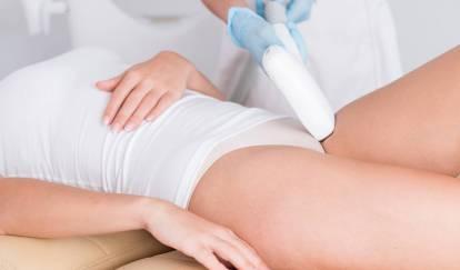 Kosmetolog depilacja.pl przeprowadza zabieg depilacji laserowej wokolicach bikini wtrakcie miesiączki.