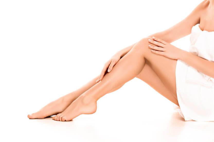 gladkie nogi na bialym tle 16082018_depilacjapl