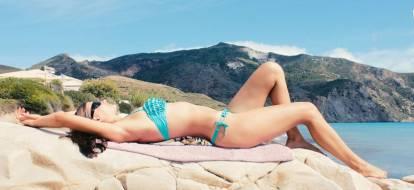kobieta w stroju kąpielowym na wyspie zakynthos